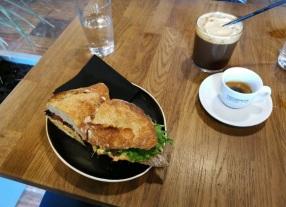 tuňákový sendvič, espresso a espresso tonik